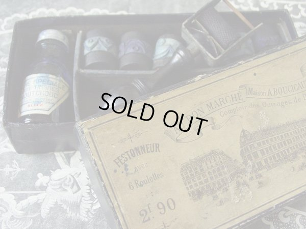 画像1: アンティーク ボンマルシェの刺繍柄のローラースタンプの紙箱-AU BON MARCHE MAISON A.BOUCICAUT PARIS-