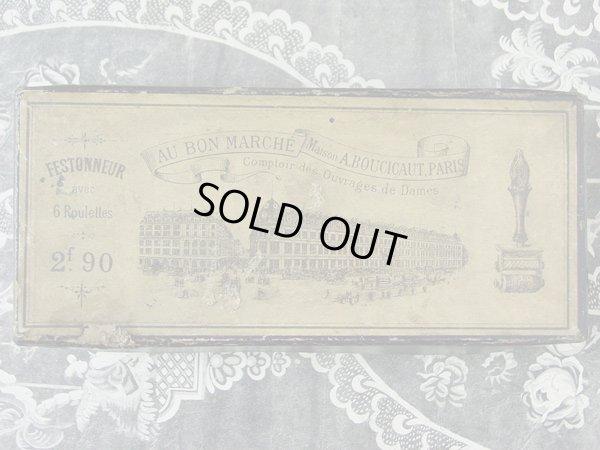 画像2: アンティーク ボンマルシェの刺繍柄のローラースタンプの紙箱-AU BON MARCHE MAISON A.BOUCICAUT PARIS-
