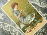 アンティーク クロモ 毛糸で遊ぶ白い子猫とクロシェ編みをする少女 LE CROCHET