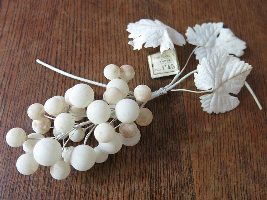 画像1: アンティーク ボンマルシェ 吹き硝子製 白い葡萄のコサージュ ラベル付 -AU BON MARCHE-