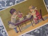 アンティーク クロモ 人形に食事をさせる少女