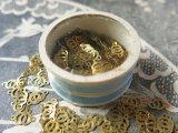 アンティーク メタル製 ゴールドのスパンコール入り 360ピース 硝子の蓋の小さな紙箱