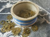 アンティーク メタル製 ゴールドのスパンコール入り 95ピース 硝子の蓋の小さな紙箱