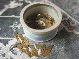 アンティーク メタル製 ゴールドのスパンコール入り 500~600ピース 硝子の蓋の小さな紙箱