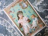 ★5周年セール対象外★1889年 アンティーク クロモ 人形と遊ぶ少女 NO.2 LA CULOTTE DECHIREE-LIEBIG-