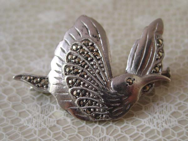 画像1: アンティーク シルバーとマーカサイト 鳥のブローチ